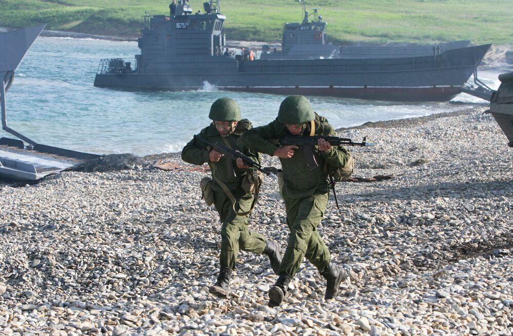 Desembarque de fuzileiros russos em praia durante as manobras militares Vostok 2010