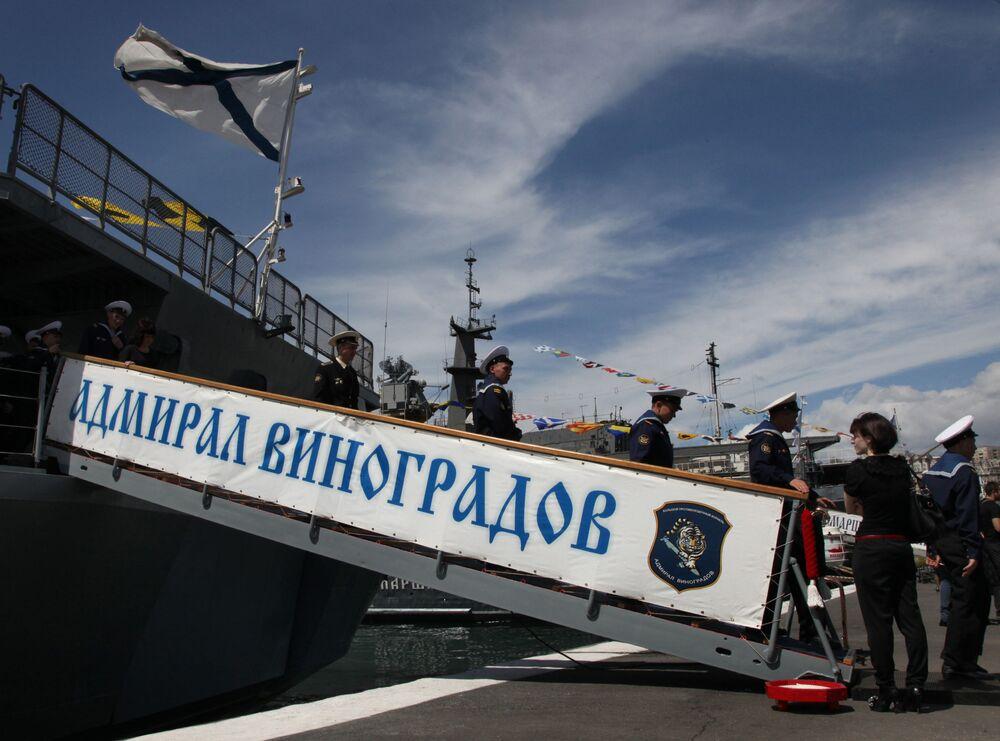 Marinheiros desembarcam do navio Admiral Vinogradov da Frota do Pacífico
