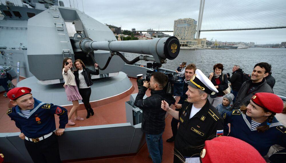 Visitantes no convés da corveta Gromky em Vladivostok
