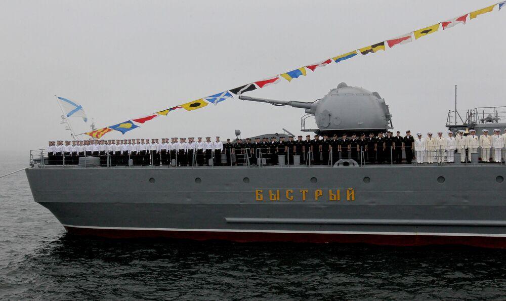Tripulação do destróier Bystry durante treinamentos para parada em Vladivostok