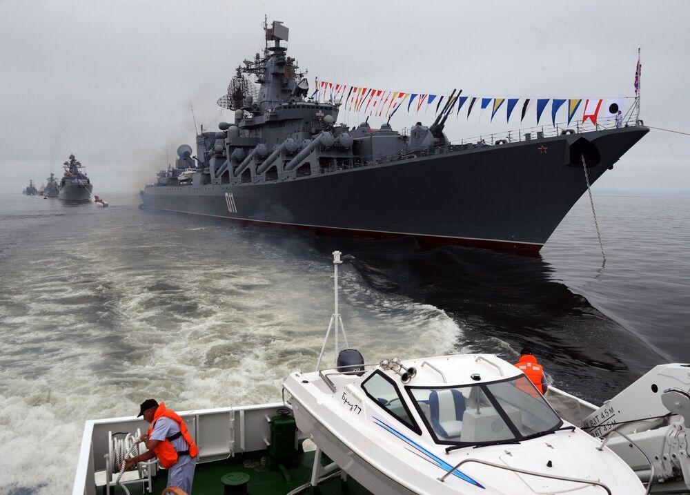 Cruzador Varyag durante celebrações do Dia da Frota do Pacífico em Vladivostok
