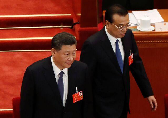 O presidente da China, Xi Jinping, e o primeiro-ministro da China, Li Keqiang, chegam ao Congresso Nacional do Povo, em Pequim, no dia 22 de maio de 2020.