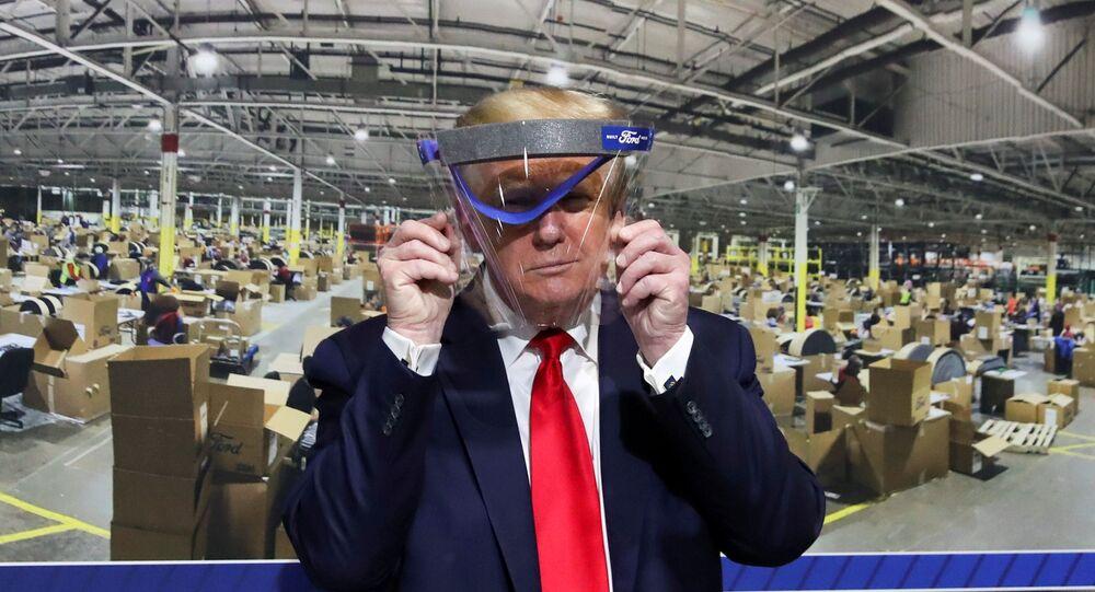 Presidente dos EUA, Donald Trump, mostra protetor facial produzido pela Ford, na fábrica da empresa, em Michigan, 21 de maio de 2020