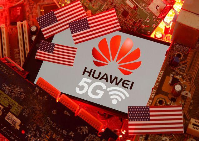 Bandeira dos EUA e smartphone com o logotipo da rede Huawei e 5G em uma placa-mãe de computador, 29 de janeiro de 2020
