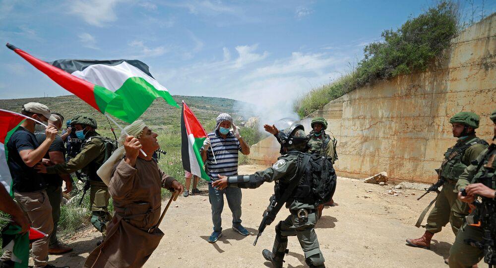 Palestinos discutem com tropas israelenses durante protesto que marca o 72º aniversário de Nakba e contra o plano israelense de anexar partes da Cisjordânia ocupada. Povoado de Sawiya, perto de Nablus, em 15 de maio de 2020