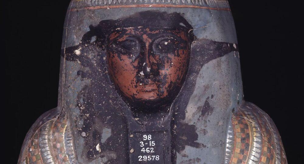 Sarcófago egípcio coberto por muco preto