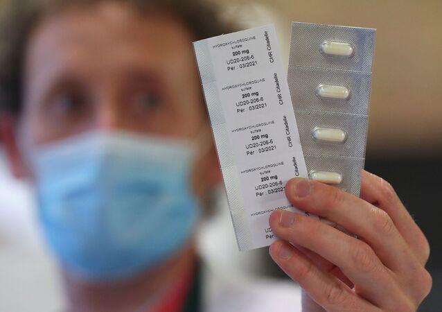 Farmacêutico mostra pílulas de hidroxicloroquina usadas para tratar paciente com COVID-19 em hospital em Liege, na Bélgica