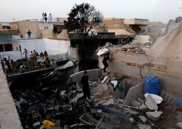 Destroços deixados pelo avião de passageiros A320 que caiu em uma área residencial perto do aeroporto de Carachi, no Paquistão, 22 de maio de 2020