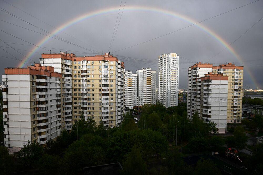 Arco-íris sobre edifícios residenciais em Mitino, Moscou, Rússia