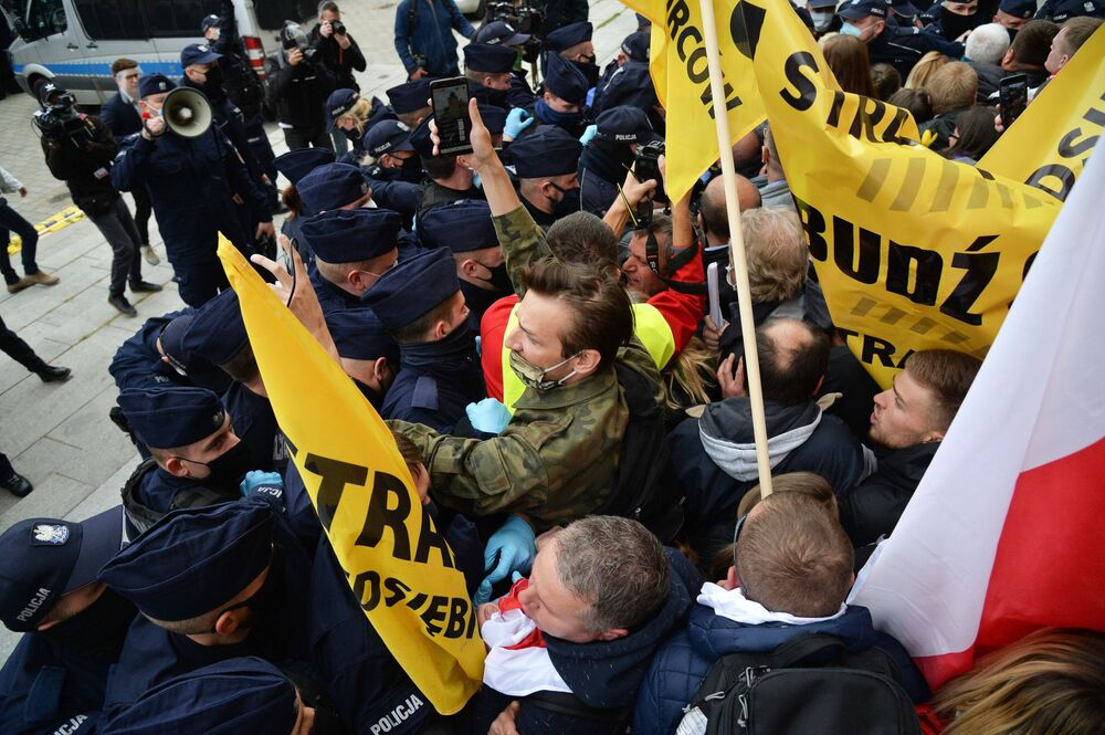 Confrontos entre agentes da polícia e manifestantes contra as medidas de quarentena impostas para conter a disseminação da pandemia da COVID-19 em Varsóvia, Polônia
