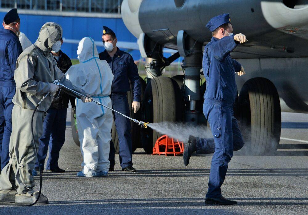 Desinfecção dos especialistas militares russos após o regresso da Itália