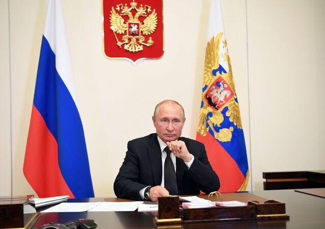 Presidente russo Vladimir Putin realiza reunião com membros do público no Daguestão através de videoconferência