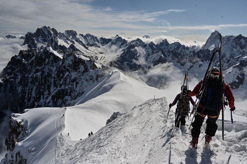 Alpinistas esquiando na montanha Mont Blanc, França, em 16 de maio de 2020