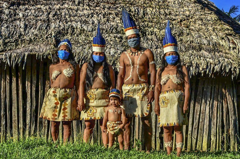 Povo indígena colombiano Huitoto usando máscaras, em Letícia, departamento do Amazonas, Colômbia, 20 de maio de 2020