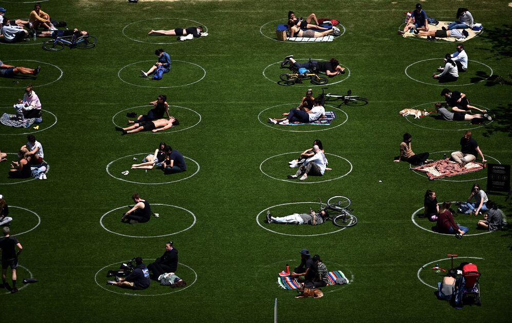 Pessoas durante distanciamento social em círculos feitos em parque no bairro do Brooklyn, em Nova York, durante a pandemia, 17 de maio de 2020