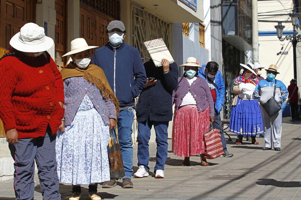 Peruanos fazem fila de espera para fundo de pensões na cidade andina de Puno, perto da fronteira com a Bolívia, 19 de maio de 2020