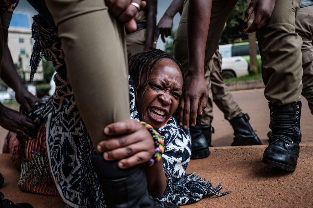 Ativista ugandense e crítica do governo é presa por policiais quando organizava protesto por mais distribuição de alimentos em Kampala, Uganda, em 18 de maio de 2020