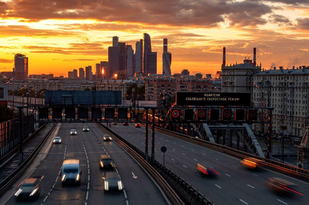 Veículos circulando por rodovia de Moscou, Rússia