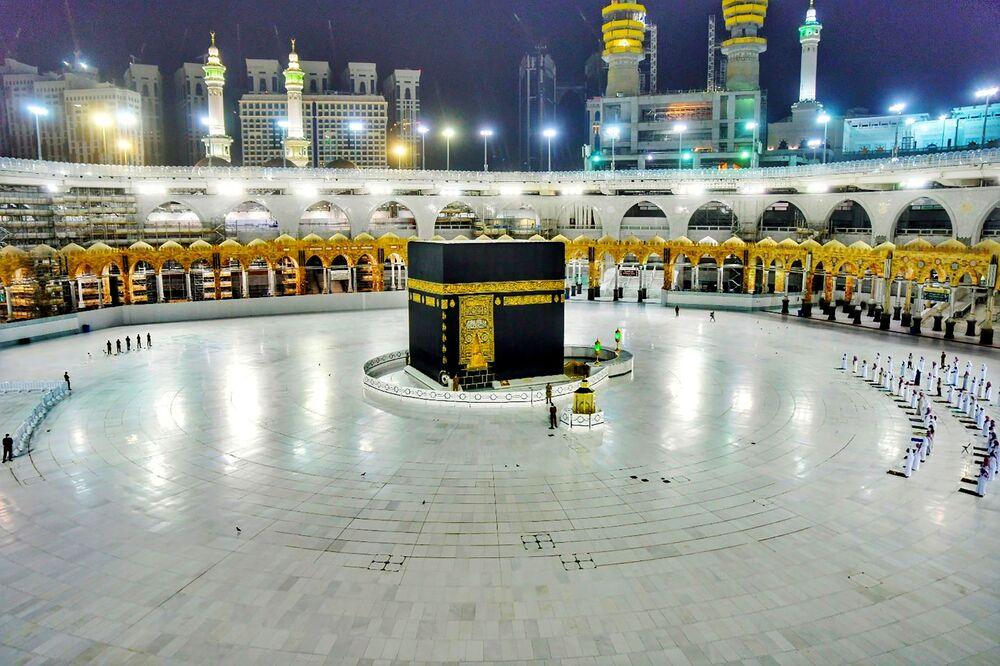 Muçulmanos rezam durante mês de jejum do Ramadã na Grande Mesquita em Meca, Arábia Saudita, 19 de maio de 2020