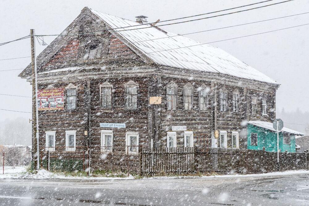 Casa antiga durante queda de neve em povoado perto de Petrozavodsk, na república russa de Carélia