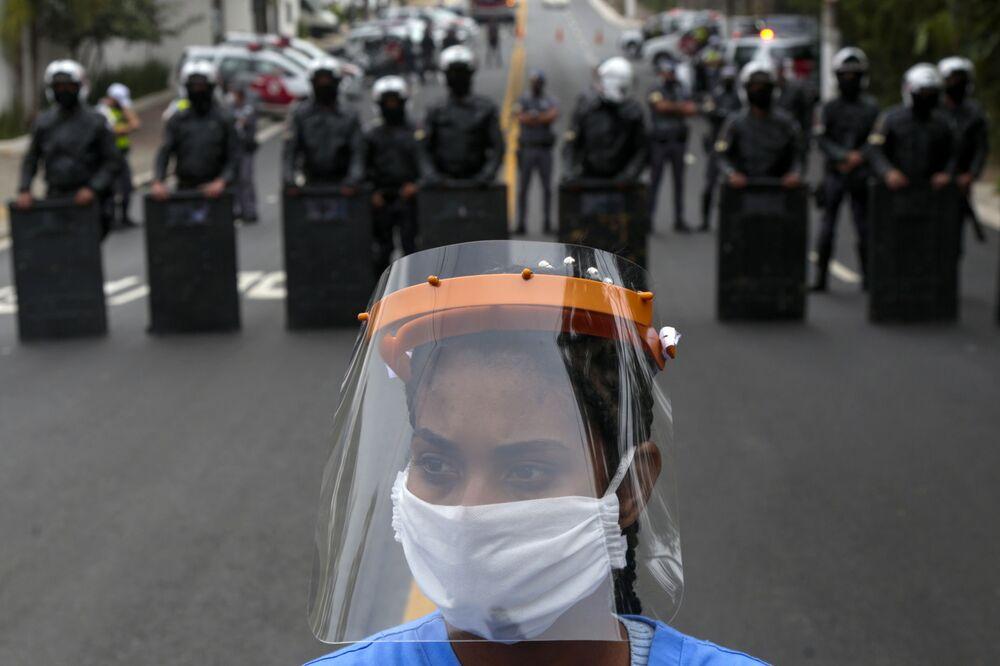 Moradora de Paraisópolis, uma das maiores favelas da cidade de São Paulo, participa de protesto exigindo mais ajuda do governo estadual durante a pandemia, em 18 de maio de 2020
