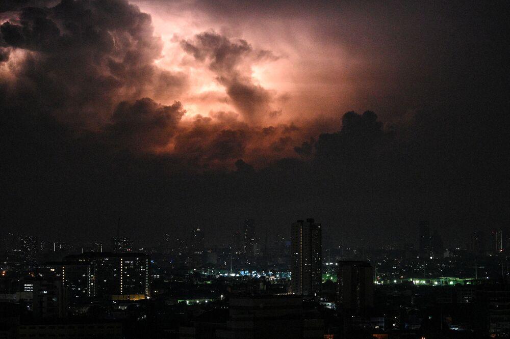 Tempestade de raios enche o céu perto de Manila, nas Filipinas, em 20 de maio de 2020