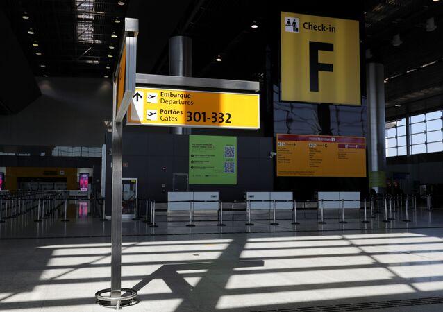 Salão de check-in vazio no Aeroporto Internacional de Guarulhos devido à pandemia que afetou o tráfego aéreo, em Guarulhos, perto de São Paulo, Brasil, 19 de maio de 2020