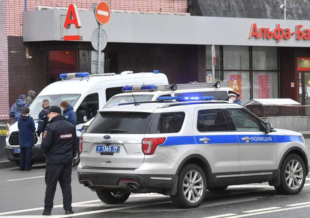 Agentes da polícia na agência bancária do Alfa Bank, no centro de Moscou, Rússia, 23 de maio de 2020