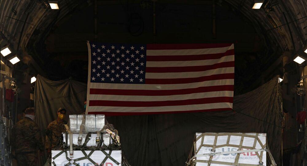 Carregamento de ajuda médica dos Estados Unidos à Rússia, incluindo 50 ventiladores, dentro de um avião de transporte Globemaster C-17 da Força Aérea dos EUA após sua aterrissagem no Aeroporto Internacional de Vnukovo em meio ao surto de COVID-19 em Moscou, Rússia, 21 de maio de 2020
