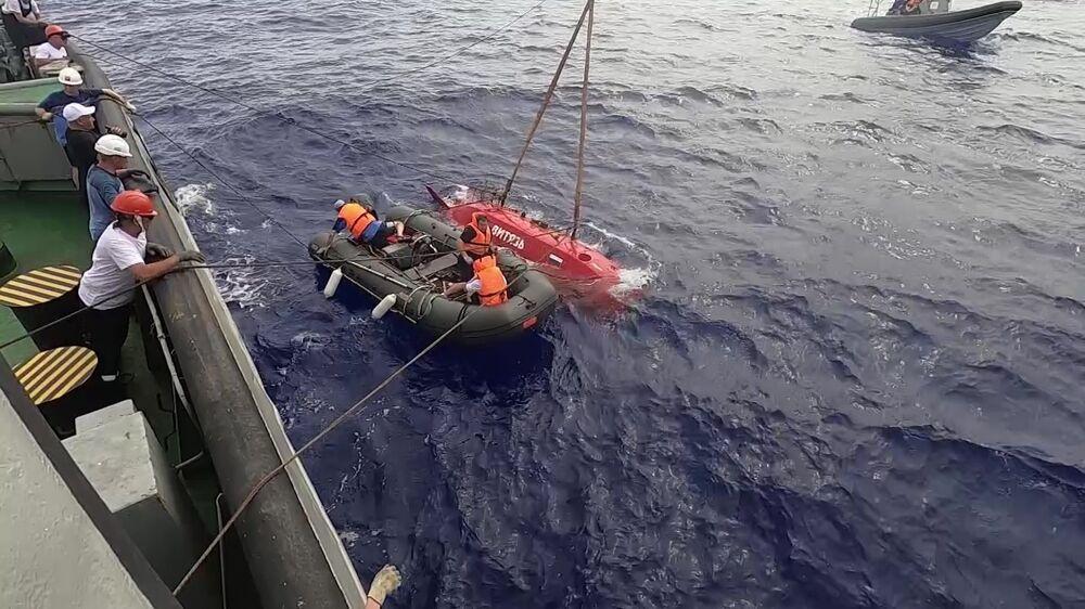 Tripulação do rebocador Fotiy Krylov prepara retorno do submersível Vityaz-D