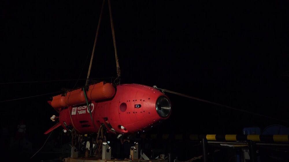 Preparo de missão do submersível Vityaz-D em direção ao fundo da Fossa das Marianas