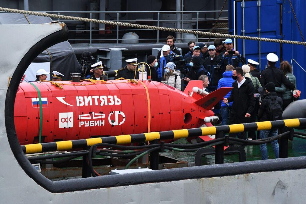 Repórteres cobrem entrega do submersível Vityaz-D à Frota do Pacífico