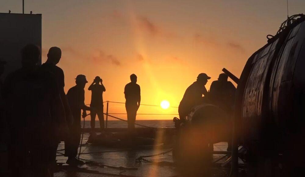 Pôr do sol a bordo da embarcação Fotiy Krylov ao receber o submersível Vityaz-D