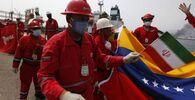 Trabalhadores de refinaria na Venezuela comemoram com bandeiras chegada de petroleiro iraniano