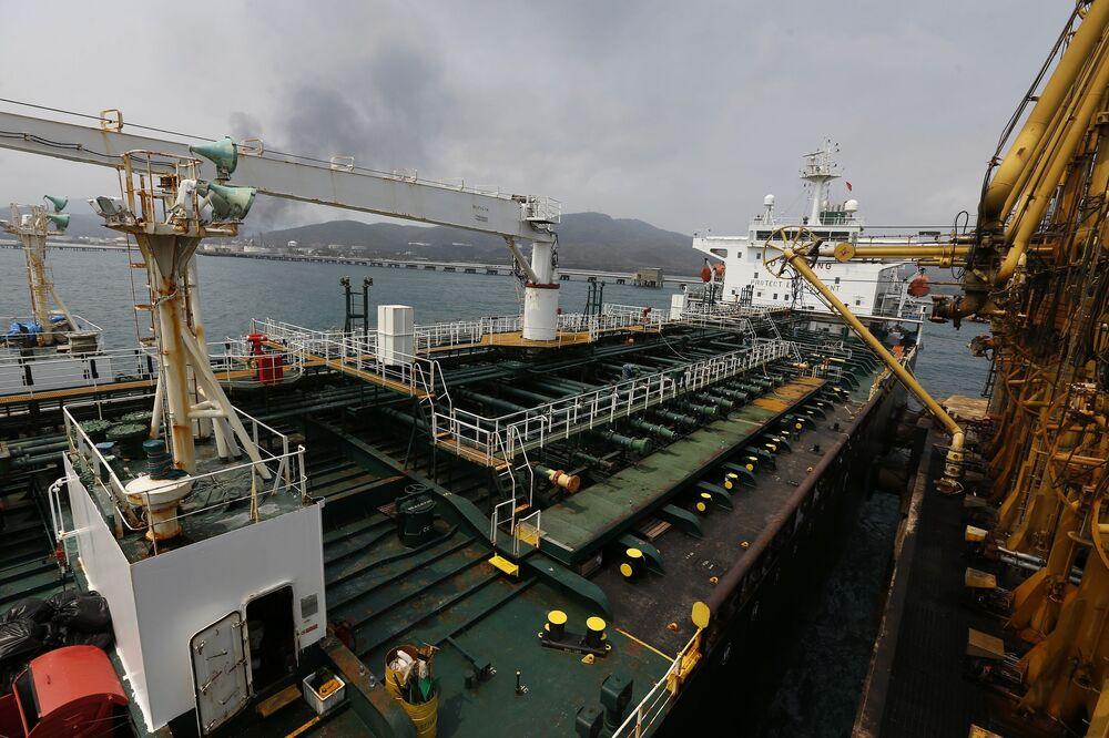 Operação de descarregamento de gasolina de embarcação iraniana Fortune para refinaria El Palito