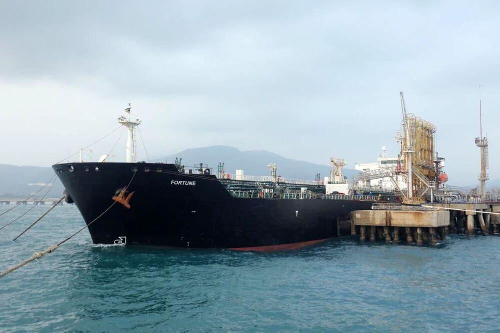 Petroleiro de bandeira iraniana Fortune ancorado em porto venezuelano