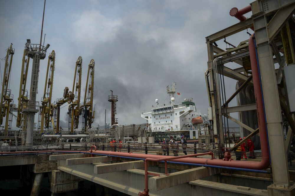 Instalações da refinaria El Palito na Venezuela recebendo gasolina do petroleiro iraniano Fortune