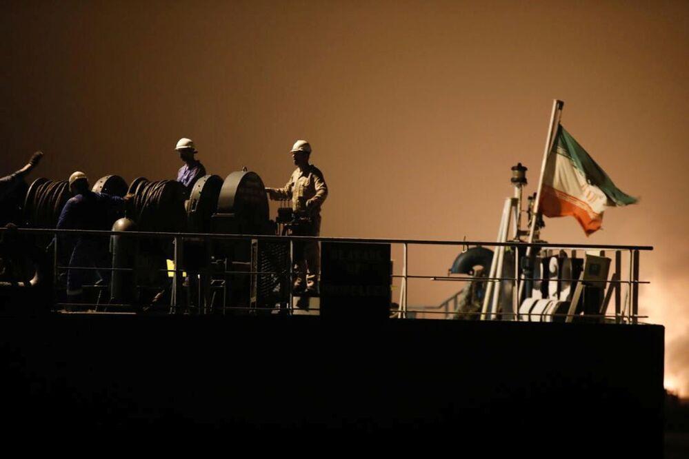 Tripulação iraniana do petroleiro Fortune atracado na refinaria El Palito, na Venezuela