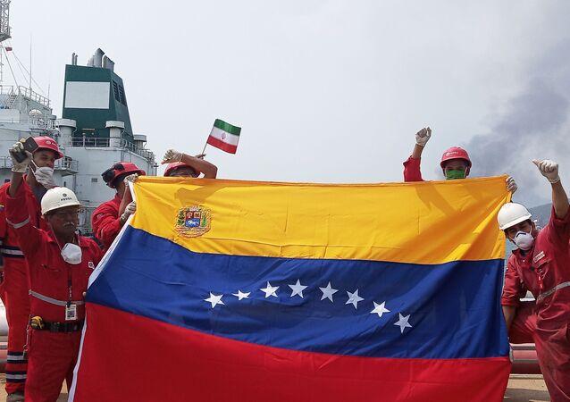 Boas-vindas ao petroleiro iraniano Fortune na refinaria El Palito, na Venezuela