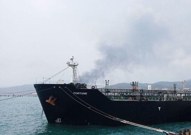 Boas-vindas ao petroleiro iraniano Fortune na refinaria El Palito, na Venezuela (foto de arquivo)