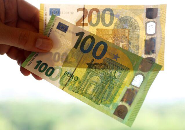Notas de 100 e 200 euros são exibidas no Banco Federal da Alemanha em Frankfurt