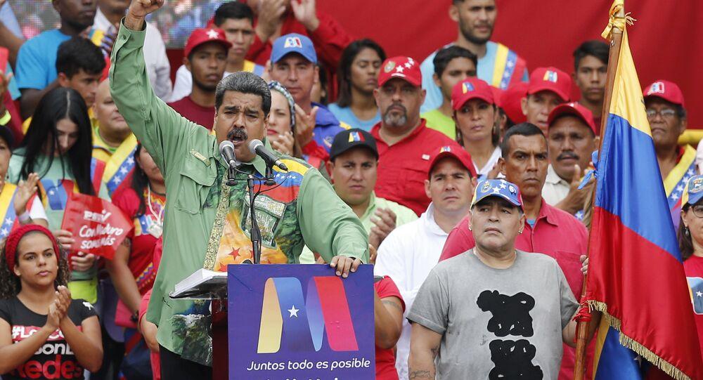 Diego Armando Maradona, ex-jogador argentino, à direita, ouve o discurso do presidente da Venezuela, Nicolás Maduro, durante seu comício de encerramento da campanha em Caracas, Venezuela, 17 de maio de 2018