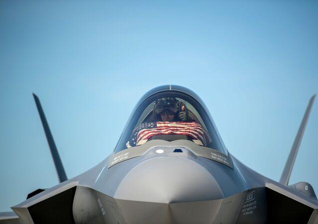 Um piloto de F-35 se prepara para decolar da Base da Guarda Nacional Aérea de Vermont, com a bandeira dos Estados Unidos, em um evento de homenagem aos trabalhadores essenciais em meio ao coronavírus, em South Burlington, estado de Vermont, EUA, 22 de maio de 2020