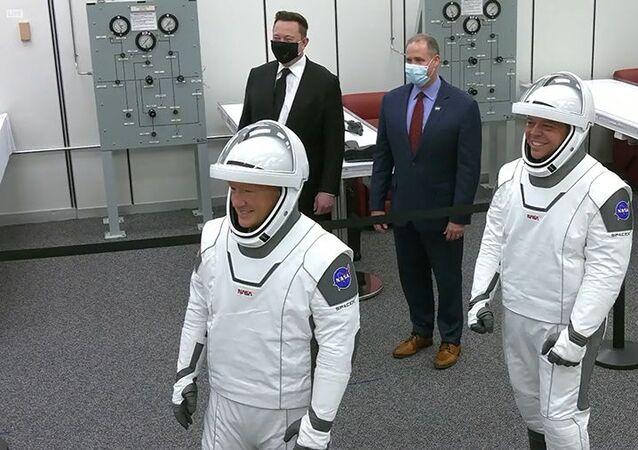 O fundador da SpaceX  Elon Musk e o o chefe da NASA, Jim Bridenstine, posam para uma foto ao lado dos astronautas Douglas Hurley e Robert Behnken antes deles entrarem a bordo do foguete SpaceX Falcon 9.