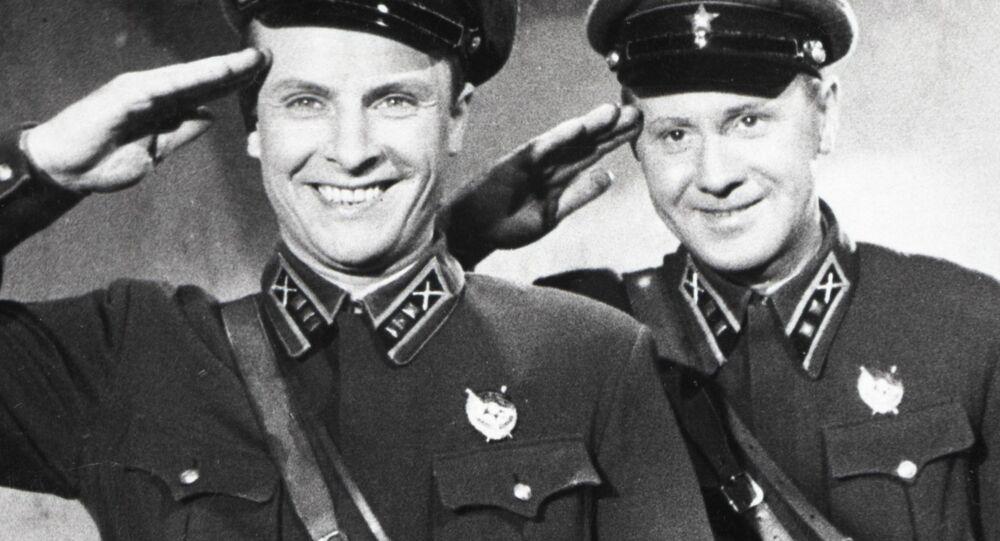 Primeiro-tenente Vasily e seu amigo Pasha se apresentam para conhecer uma mulher inesquecível, no filme 'Às seis da tarde depois da guerra'