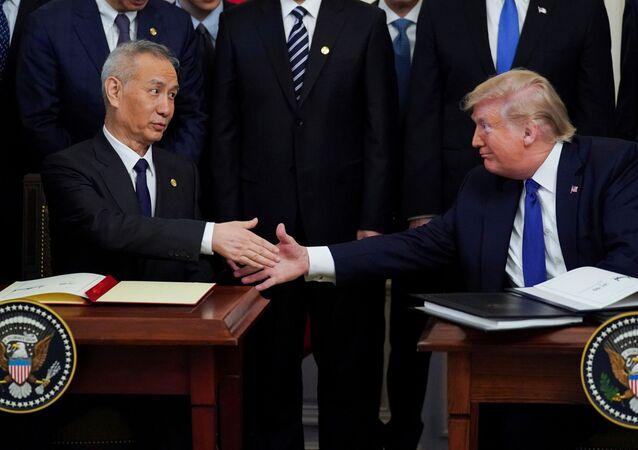 O vice-premiê chinês Liu He e o presidente americano Donald Trump apertam as mãos após a assinatura da primeira fase do acordo comercial EUA-China durante cerimônia na Sala Leste da Casa Branca em Washington, EUA, 15 de janeiro de 2020