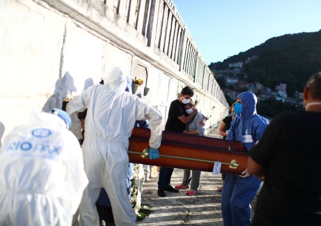 Familiares acompanham enterro de vítima da COVID-19 no Cemitério de São João Batista, no Rio de Janeiro.