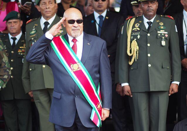 O presidente do Suriname, Dési Bouterse, durante parada militar após inauguração do seu segundo mandato, em 2015
