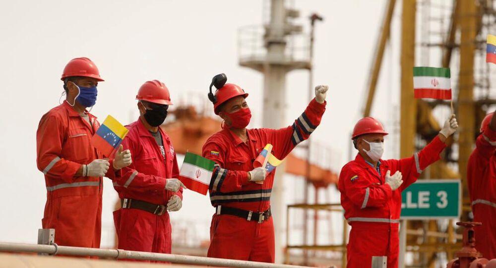 Trabalhadores da empresa estatal petrolífera PDVSA com bandeiras iranianas e venezuelanas saúdam a chegada do navio-tanque iraniano Fortune à refinaria El Palito, em Puerto Cabello, na Venezuela, em 25 de maio de 2020