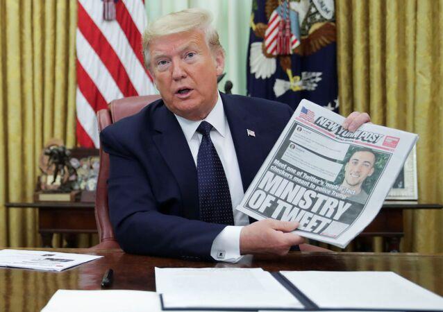 Presidente dos EUA, Donald Trump, segunda primeira página do jornal New York Post enquanto assina ordem executiva sobre empresas de mídia social no Salão Oval da Casa Branca em Washington, EUA, 28 de maio de 2020
